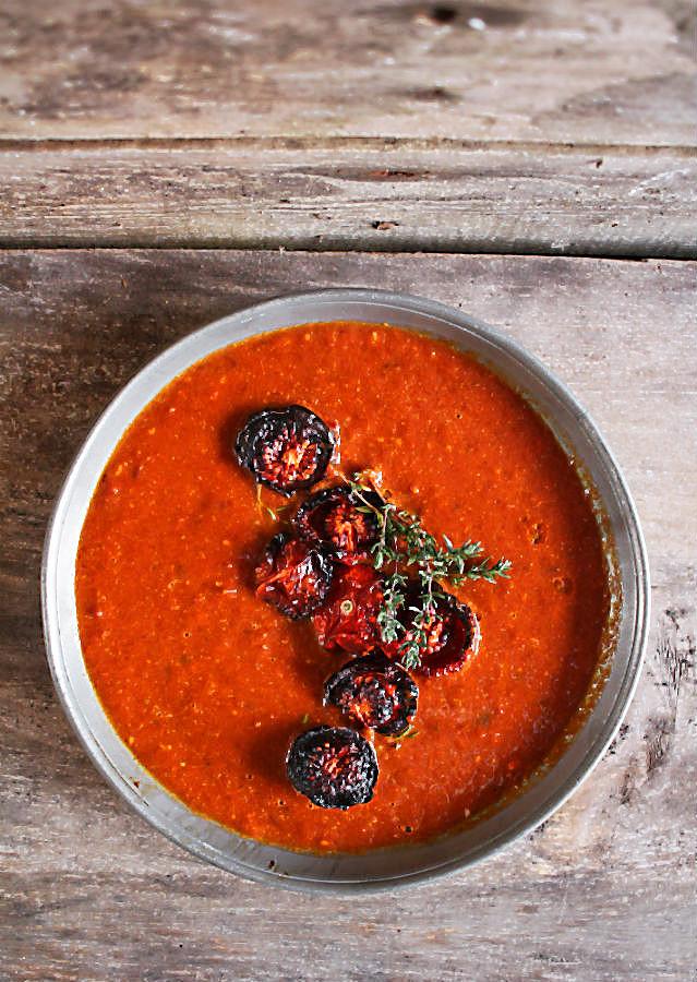 Würzig, cremig, tomatensüß und voller Aroma wird in dieser Suppe der Sommer eingefangen! Durch das Rösten und Trocknen im Backofen entwickeln die Tomaten eine umwerfende Süße und ein besonders volles Aroma. Ein Schluck Sherry und französischer Thymian geben den Kick. #frische #Tomaten #rezept #reis #tm31 #backofen #rösten #kräuter #sommer #herbst #kochen #einfach #sherry #lecker #schnell #italienische #beste #tm5 #thermomix #gesund #passierte #aus_dosentomaten #foodblog #foodphotography