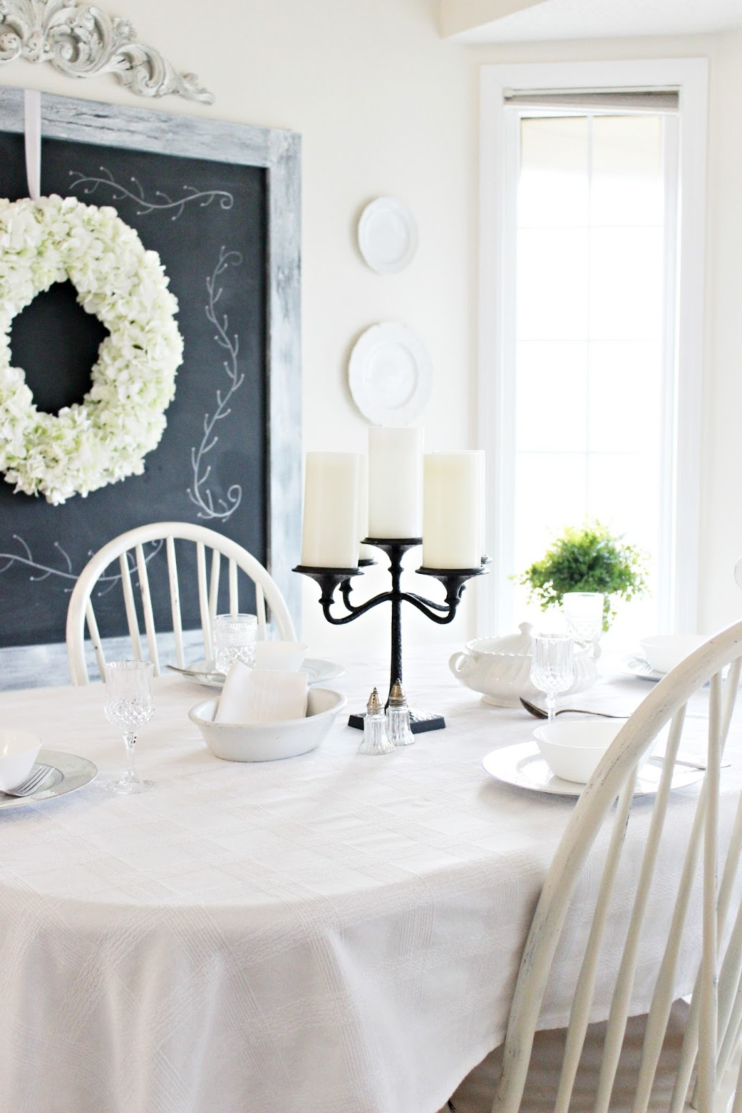 Happy at home dining room in black and white for Black n white dining rooms