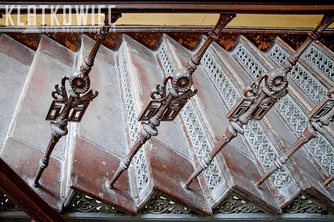 Wrocław. Kamienica. Klatka schodowa. Wnętrze. Żeliwne schody.