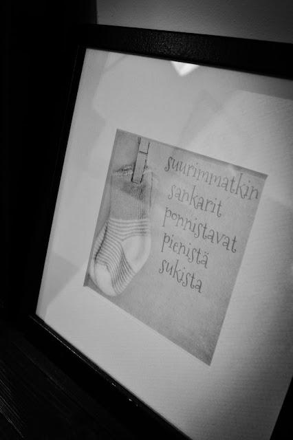 Saippuakuplia olohuoneessa- blogi, Kuva Hanna Poikkilehto, koti, sisustus, olohuone, valokuvakehys, taulu