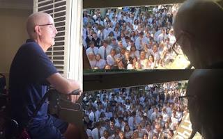 Δάσκαλος με καρκίνο «λύγισε» όταν είδε από το παράθυρο του σπιτιού 400 μαθητές να του τραγουδούν
