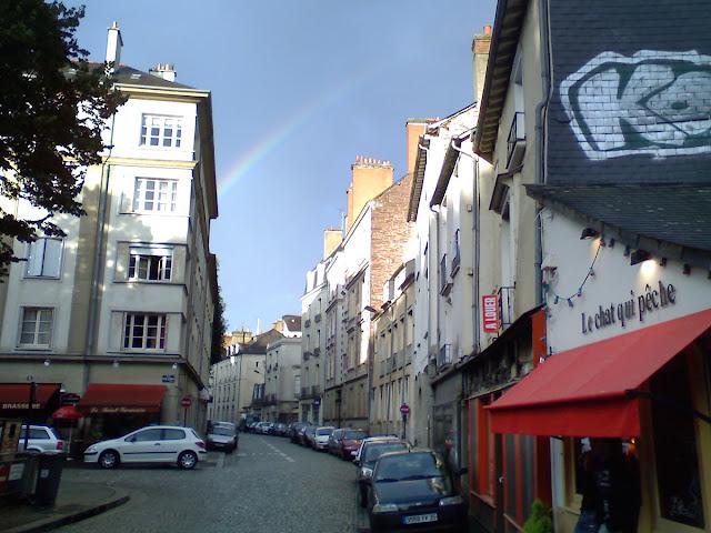 Un bel arc-en-ciel au dessus de la rue des Francs Bourgeois... Photo Erwan Corre