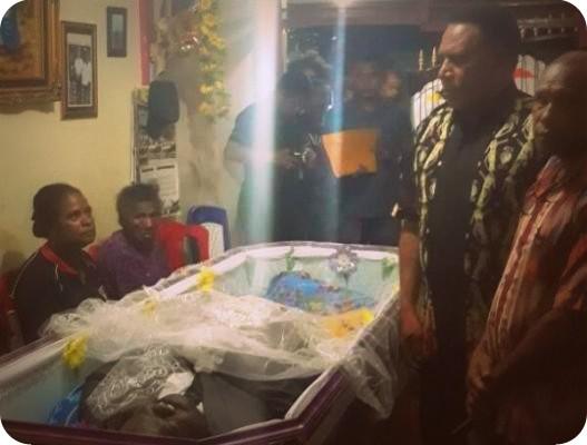 Paulus Waterpauw  Melayat ke Rumah Ketua Pemuda Adat Papua, Decky Ovide