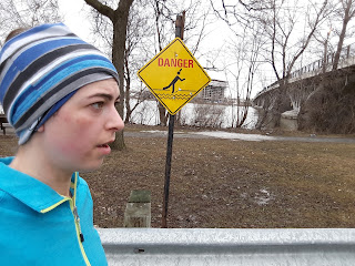 Coureuse, printemps, panneau indicateur du danger de glisser