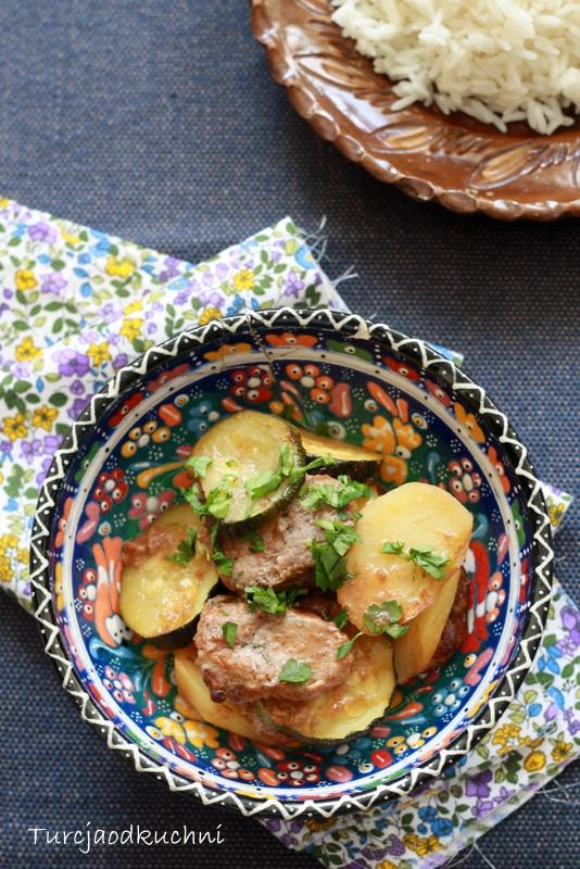 Zapiekane kofte z ziemniakami i cukinią