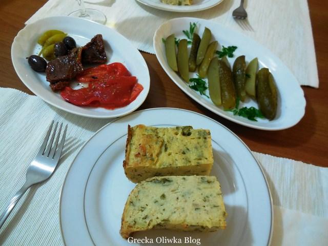 Grecki placek ziemniaczany, kwaszone ogórki, oliwki, suszone pomidory, marynowana zielona i czerwona papryka