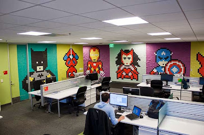 Colorida Decoración con super heroes en oficina con más de 8000 post-it