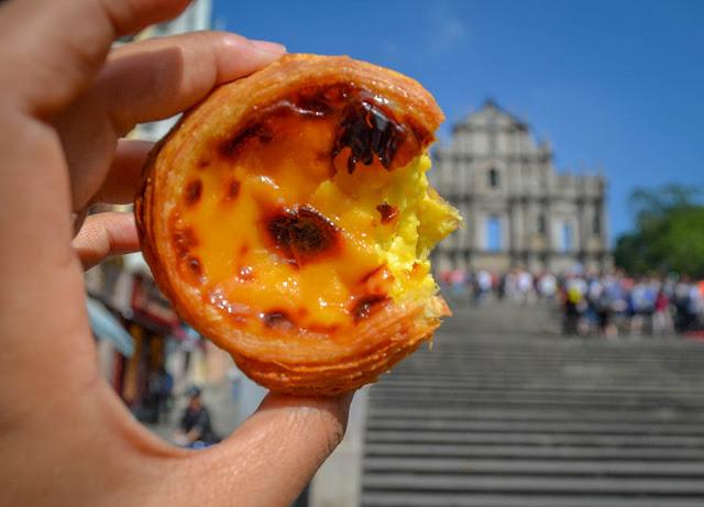 Chính vì lý lẽ này nên nền ẩm thực Macau lại bị ảnh hưởng bởi hai nền văn hóa Trung và Bồ nên được biết tới đa dạng, đa vị làm nên tên tuổi ngất ngây cho Macao mang đậm dấu ấn Châu Âu và hương vị tinh tế Trung Hoa.
