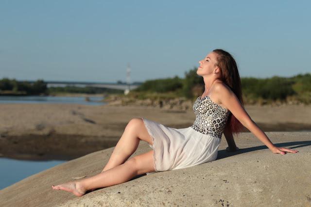 2.07.2015 Biała sukienka z ogonem i gorsetowa góra złota panterka, sesja Molo Gliny Małe