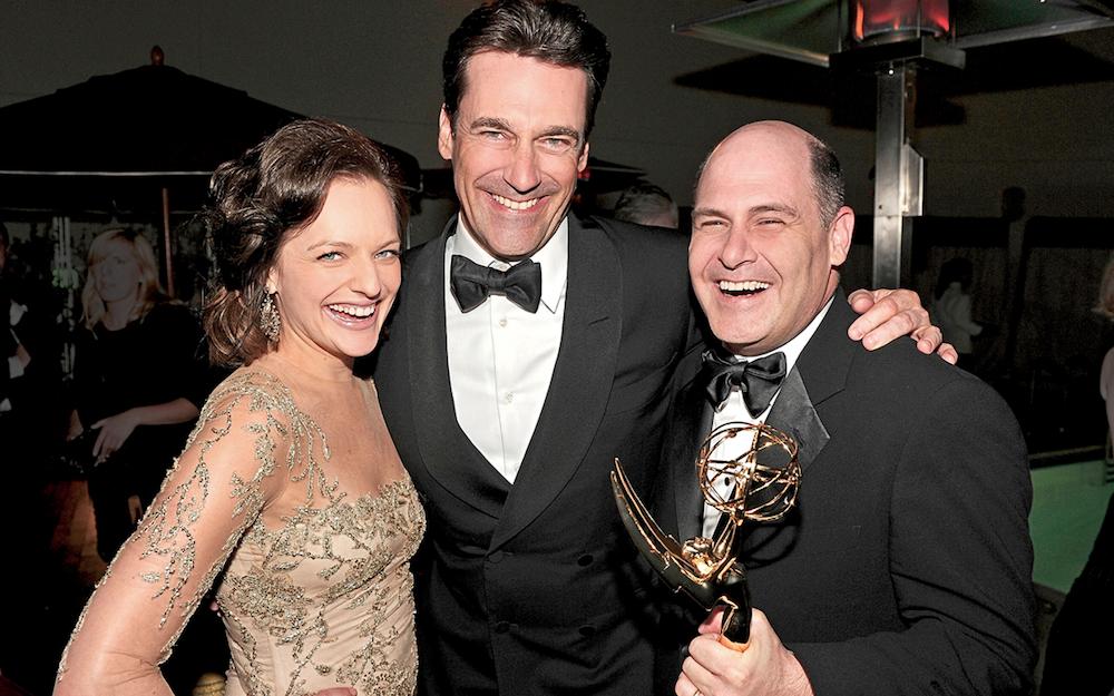 Matthew Weiner posa con Jon Hamm y Elisabeth Moss tras ganar un Emmy