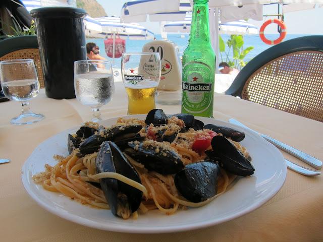 Mat på restaurangen Mendola Beach - Isola Bella på Sicilien