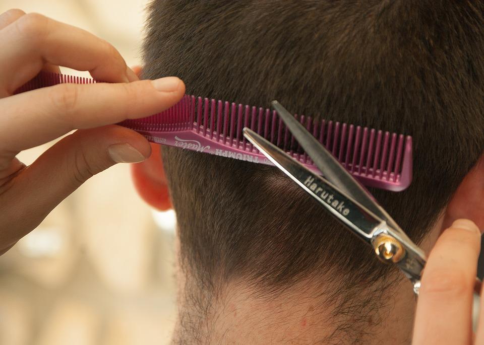 https://pixabay.com/pl/fryzjer-ostrzyc-w%C5%82osy-grzebie%C5%84-1179459/