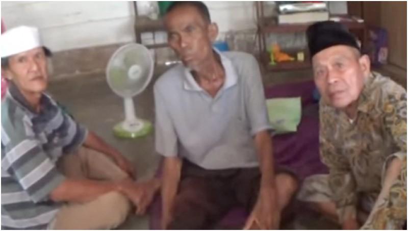 Hamid (tengah) yang dianggap sudah meninggal oleh keluarganya