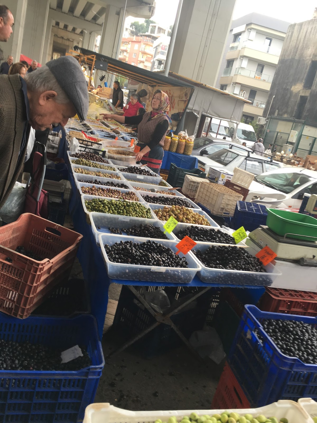 LeeZe visits Izmir Sunday farmer's market. All types of olives!