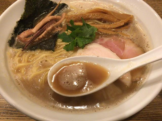 纏 烏賊干鳥白湯醤油そば スープ