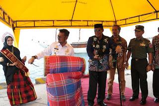 gubernur sulsel syl saat membuka festival pinisi