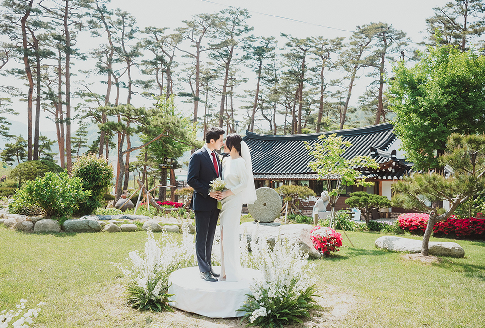 A white themed modern garden wedding at a scenic han ock cafe in 1g junglespirit Image collections