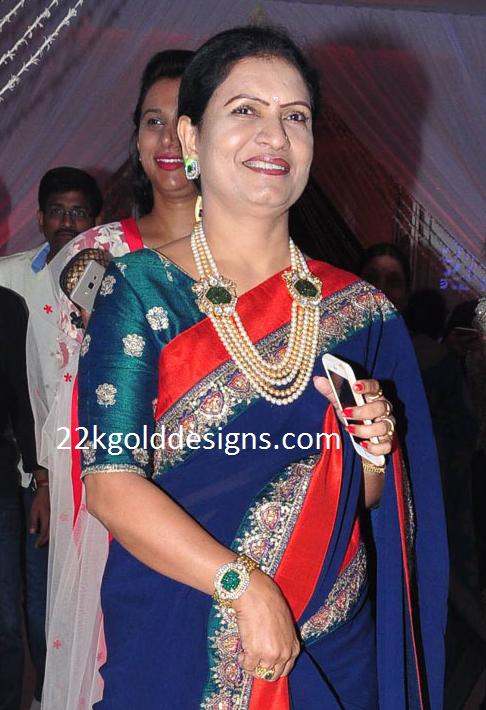 DK Aruna in Layered Pearls Haar