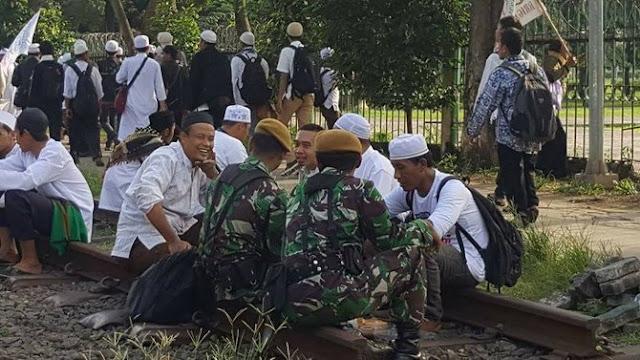 Subhanallah, Ademm Lihat Foto-foto Damainya Aparat dengan Pengunjuk Rasa 4 November