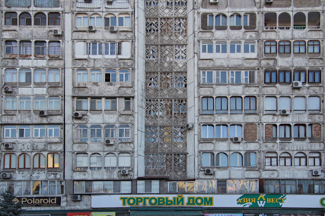 Kirghizistan, Bichkek, façade, rue Yusup Abdrahmanov, © L. Gigout, 2012