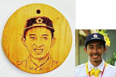 Gift Lukisan Pirografi untuk 3 Pembina PMR Kota Jogjakarta