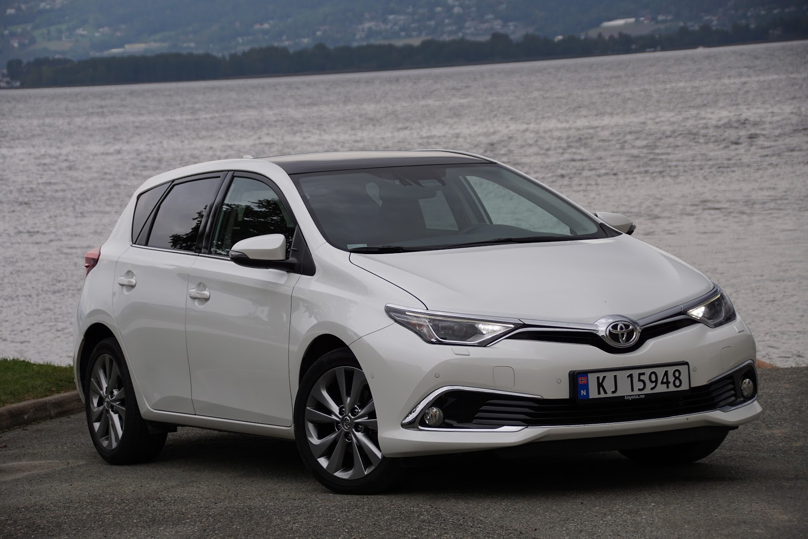 test toyota auris 1 2t executive bil og motorbloggen. Black Bedroom Furniture Sets. Home Design Ideas