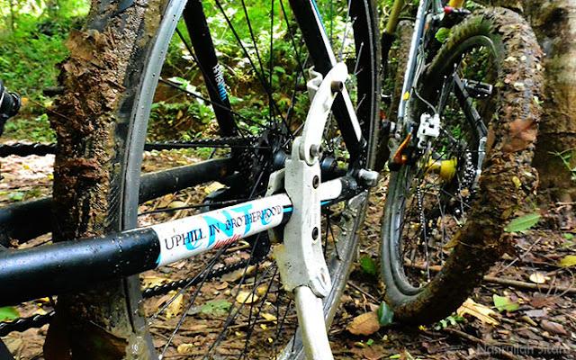 Ban sepeda penuh lumpur. Sudah seperti adonan Donat kan?
