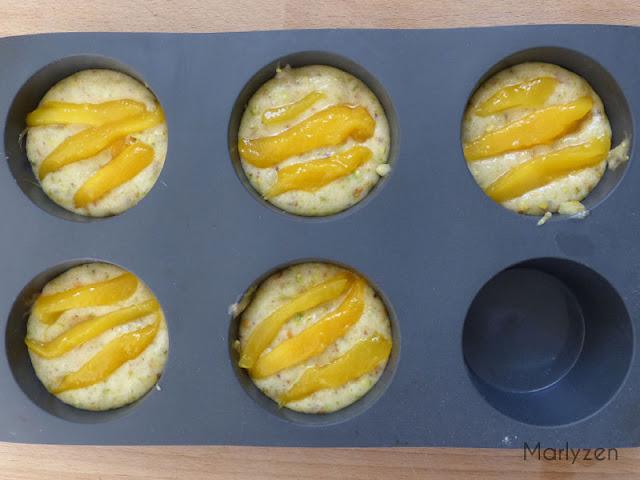 Disposez des tranches de mangue sur la pâte.