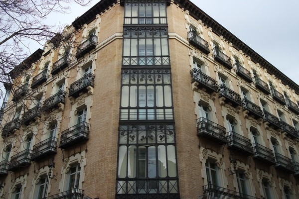 espagne saragosse art nouveau modernisme kiosque calle manifestaction