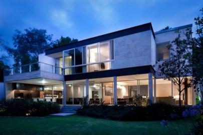 a aparência de uma casa design minimalista, com um fundo do jardim