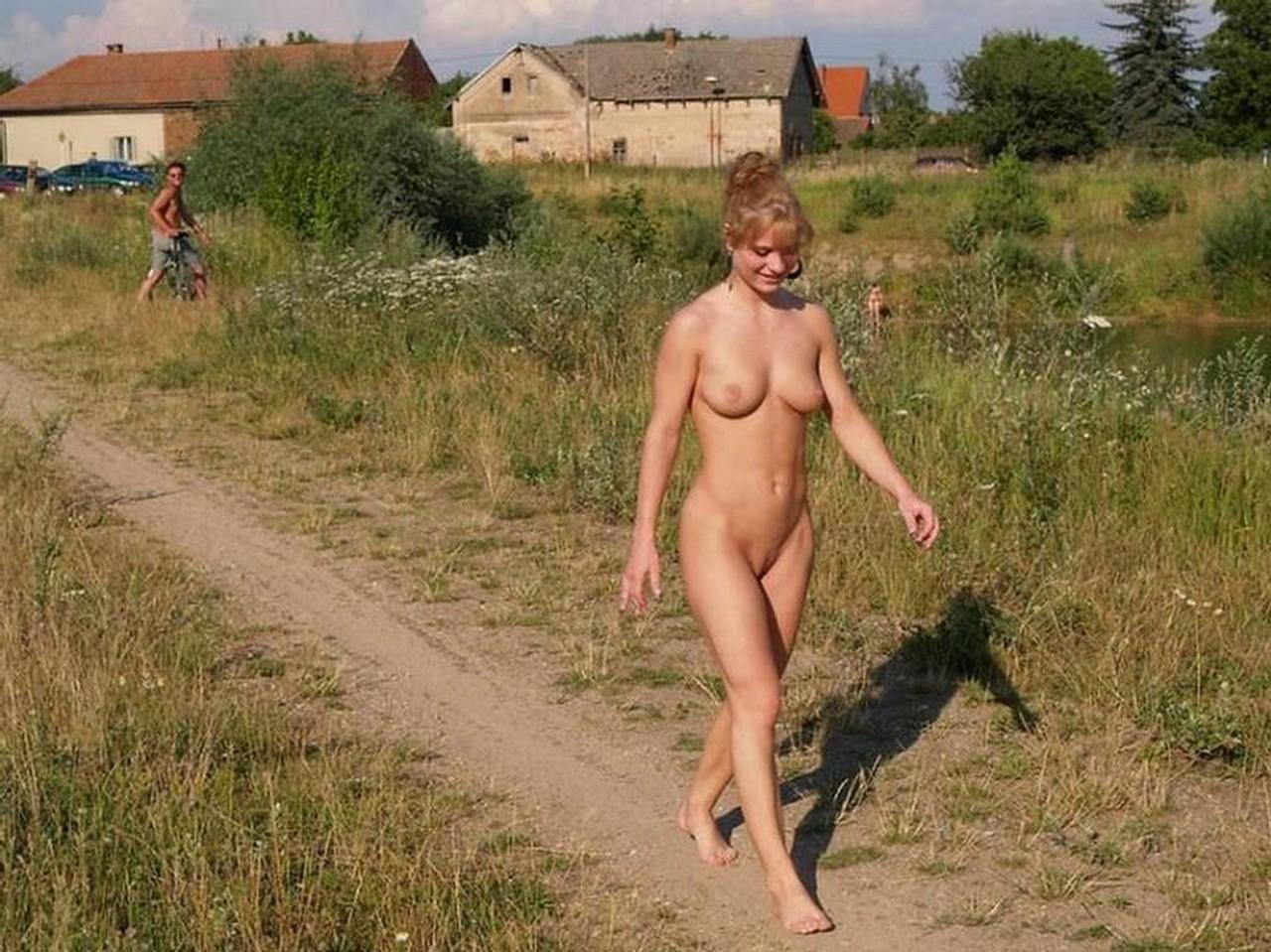 Девушки голые в деревне