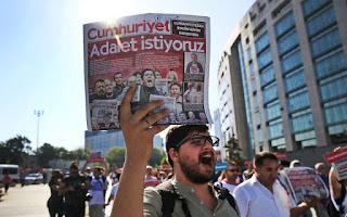 Τουρκία: Ποινές φυλάκισης σε 15 δημοσιογράφους της Cumhuriyet για τρομοκρατία