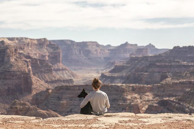 Sentimientos, chica en la montaña con perro, viajes, motivación, emociones
