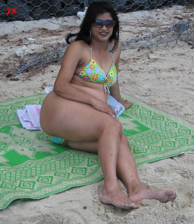 Hot Mallu Aunty Bikini Wallpapers