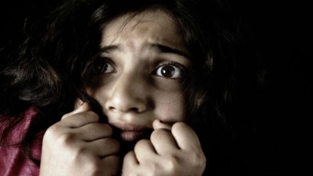 Mujer ansiosa y de miedo