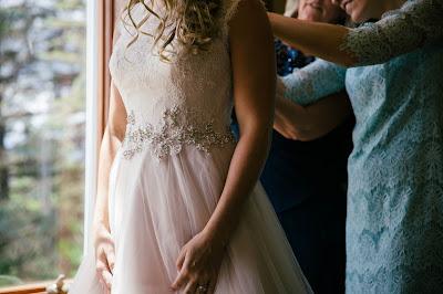 Ayudando a ajustar el vestido de la novia