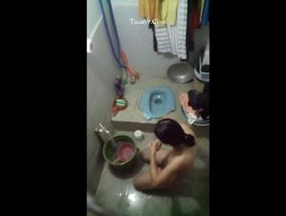 Clip: Mang hoa qua tặng 20.10 em phòng bên mà bắt gặp lúc nó đang tắm^^