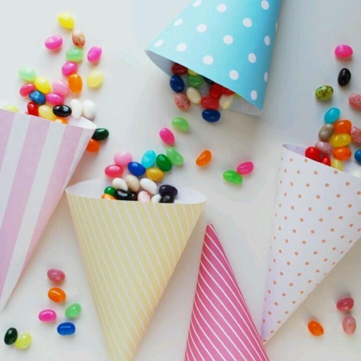 Με σπάγκο και απλά χωνάκια ζαχαρωτών θα φτιάξεις μια όμορφη γιρλάντα διακόσμησης. Για το παιδικό δωμάτιο αλλά γιατί όχι και ένα πάρτι έκπληξη.