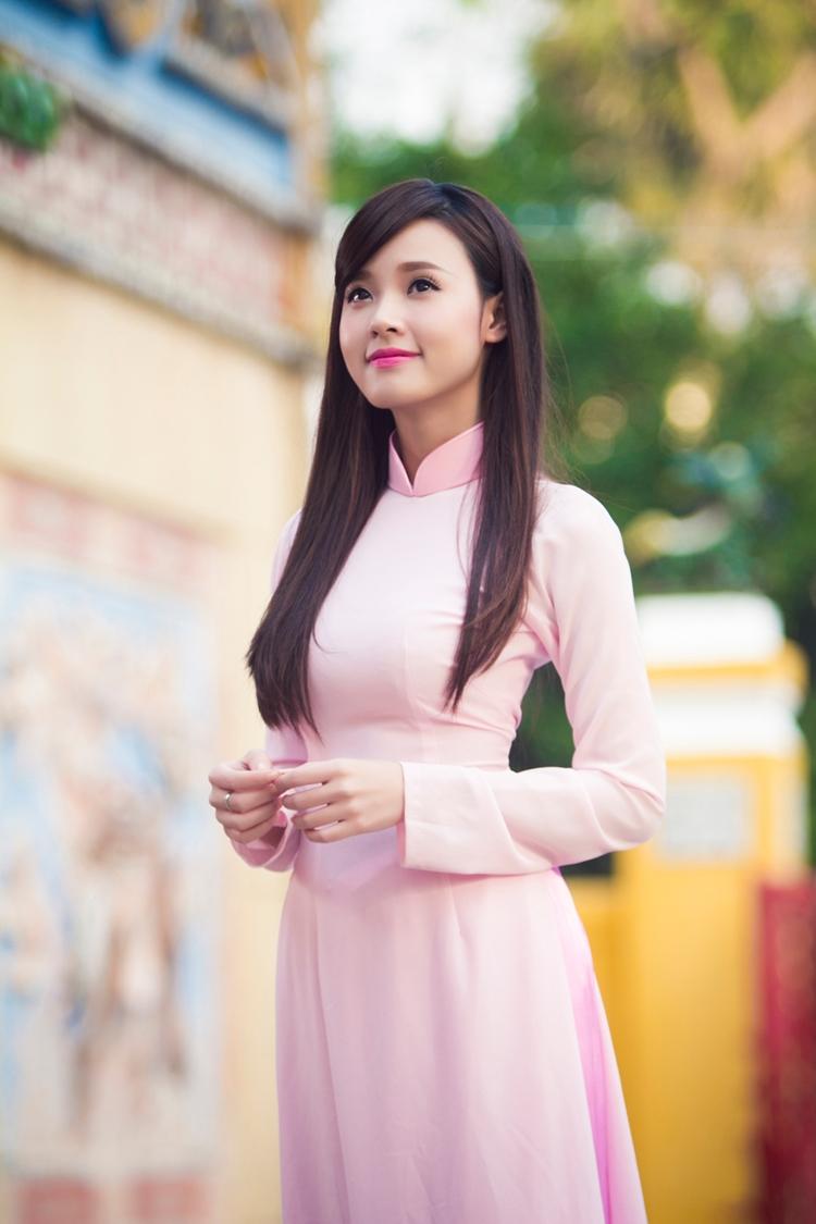 Midu duyên dáng trong tà áo dài hồng