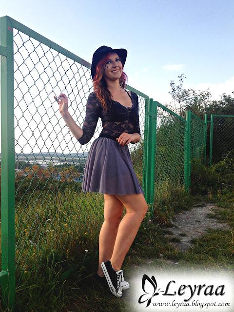 Czarne koronkowe body, tiulowa szara spódnica, klasyczne czarno-białe trampki, czarny kapelusz, gwiazdki robione elinerem