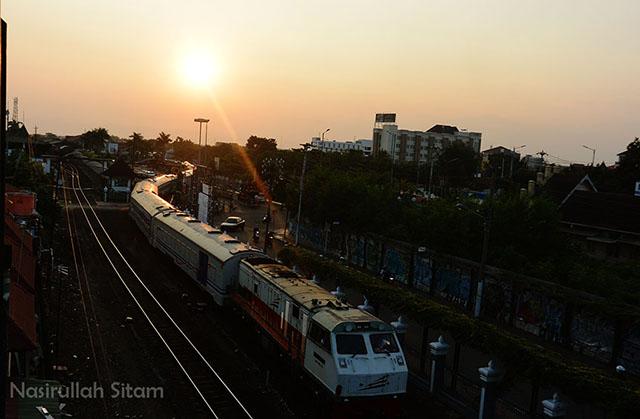 Kereta Api di jalur rel Stasiun Tugu