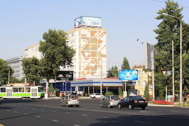 Ouzbékistan, Tachkent, immeuble, façade, mosaïque, rue Beruniy Shoh, © L. Gigout, 2010