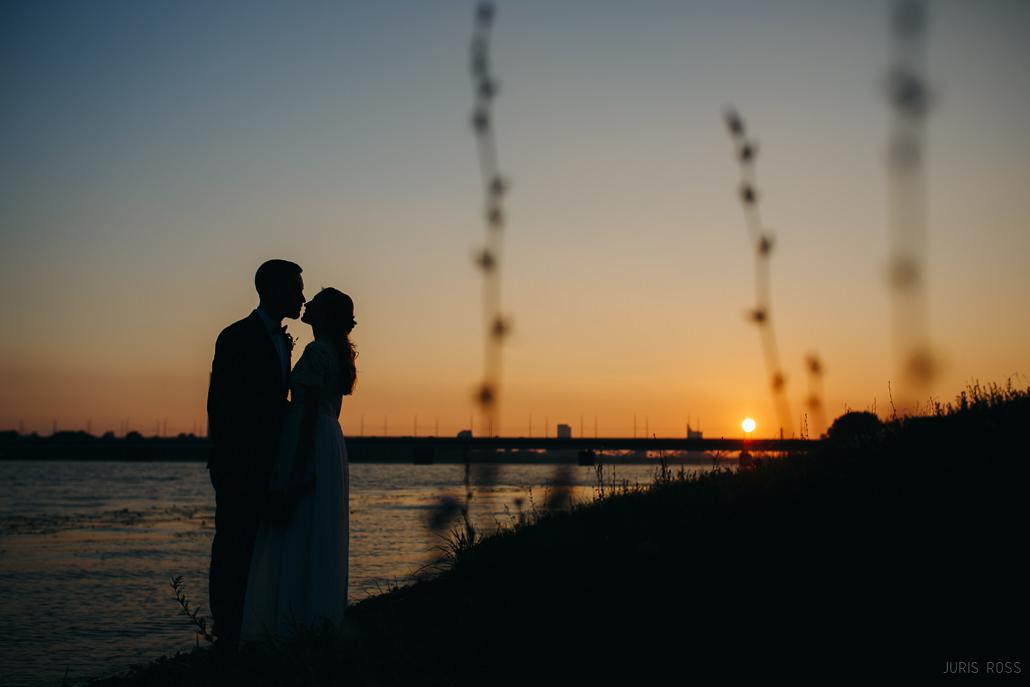 romantiska kāzu fotosesija