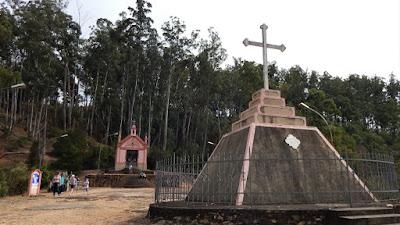 Entre a capela e a cruz há espaço para uma missa campal.