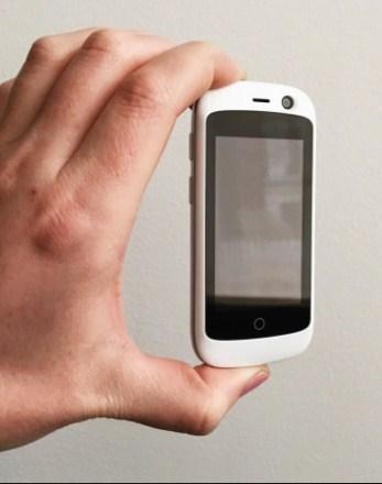 ponsel pintar 4G terkecil di dunia