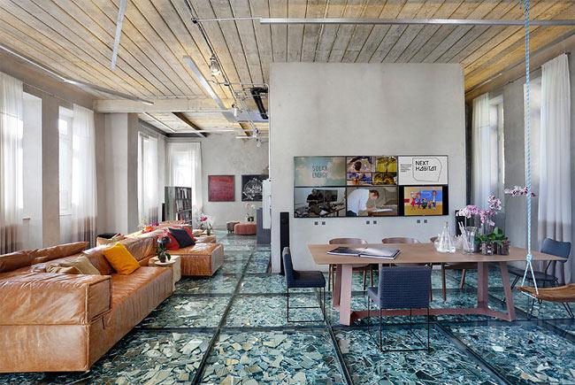 Este piso hecho de fragmentos de vidrio roto es increíble