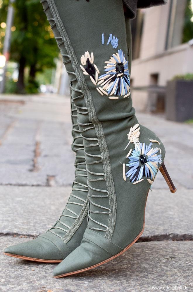 Stiefel mit Stickerei aus Bast in Grün mit Hig Heels