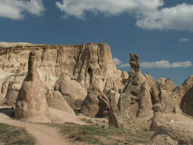 Каппадокия славится своей уникальной геологией - она была сформирована вследствие интенсивной вулканической активности. Таким своеобразным строением она обязана двум периодам, встрече двух противоположных сил природы около 65-62 млн. лет назад: периоду извержения вулканов, в результате чего здешние земли были покрыты туфами и другими геологическими породами, и периоду эрозии и выветривания. В период, когда здесь начали образовываться горы, в частности хребет Тавр, в средней Анатолии образовались глубокие трещины в земле. Вследствие чего магма, извергающаяся на поверхность, образовала гряду вулканов, таким образом параллельно хребту Тавру выстроилась линия новых вулканов (Девели, Эрджиес, Хасан, Кейчибойдуран, Гюллюдаг и Мелендиз).