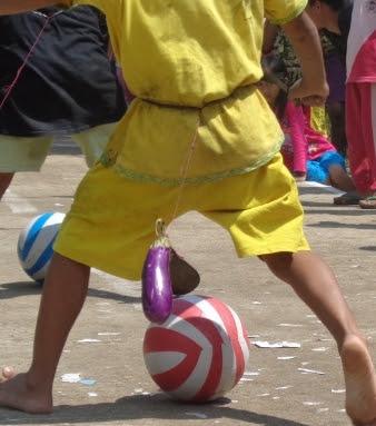 Lomba menggiring bola dengan terong