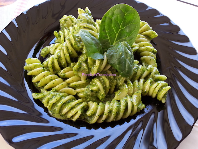 Fusilloni al pesto di spinaci - Fusilloni pasta with spinach pesto